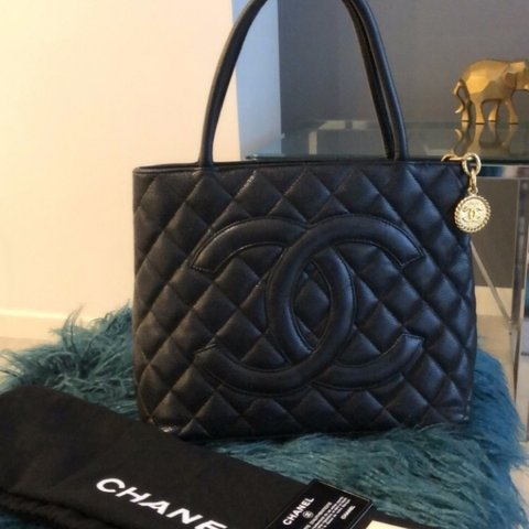 c078c56973c8cc @paulinapico. 10 months ago. Doral, Estados Unidos. CHANEL Black Quilted  Caviar Leather Medallion Tote Bag