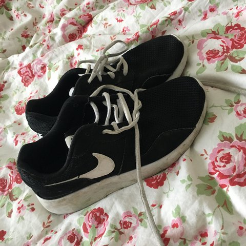 2e078a5cfc10 Nike black and white running shoes 5.5 - Depop