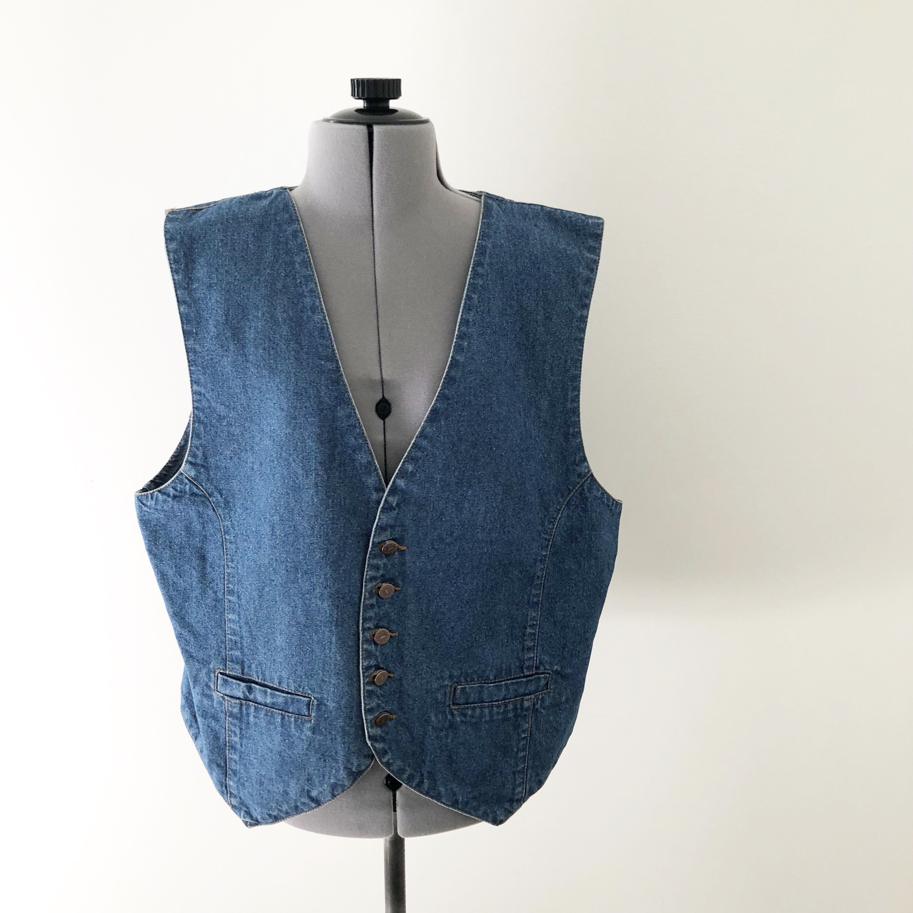 fa051f37a6206 90s vest Medium wash blue denim Opens with copper at the 23 - Depop