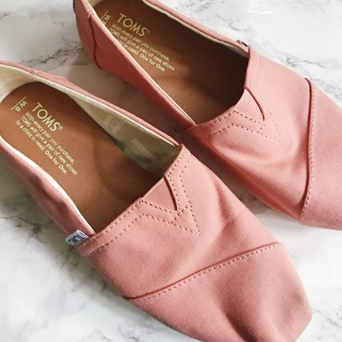 2c4cacd6d3f longeh TOMS SHOES 🍑 WOMENS SIZE 8 Only worn a few times. I - Depop