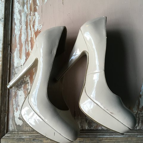 00762512757 G by Guess Nude Platform pumps Size 7.5 In good used - Depop