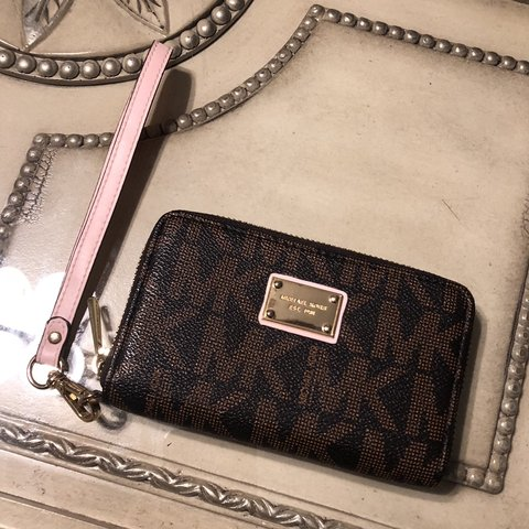 f5b73a5c1ee01c @thriftedstreetwear. 4 months ago. Toronto, Canada. MICHAEL KORS MINI  WALLET 9/10 condition - Open to offers