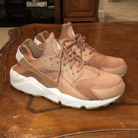 a6c5f43406f8 ROSE GOLD NIKE AIR HUARACHES. MODERATELY WORN