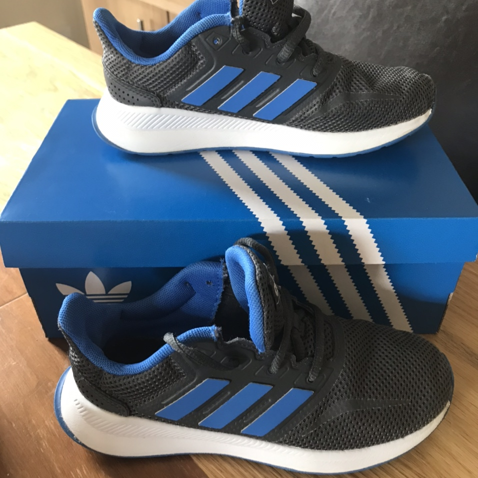 Boys Adidas trainers been wore but still in ok...