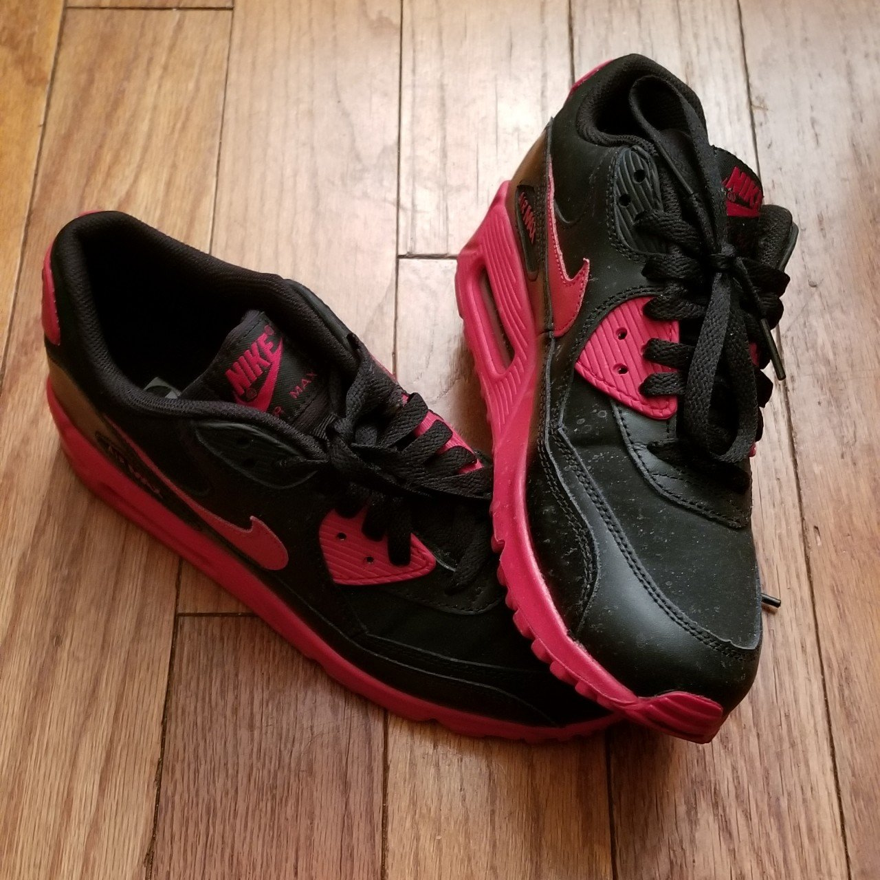 73d3049e8032 Nike Air Max 90 GS Black and Gym Red in size 7 (US) in 8.5 7 - Depop