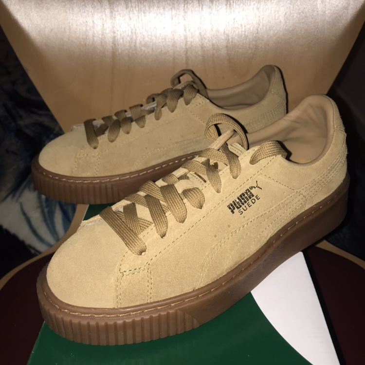 nouveaux styles 237b1 5eac6 Puma suede platform trainers Oatmeal and gold Size:... - Depop