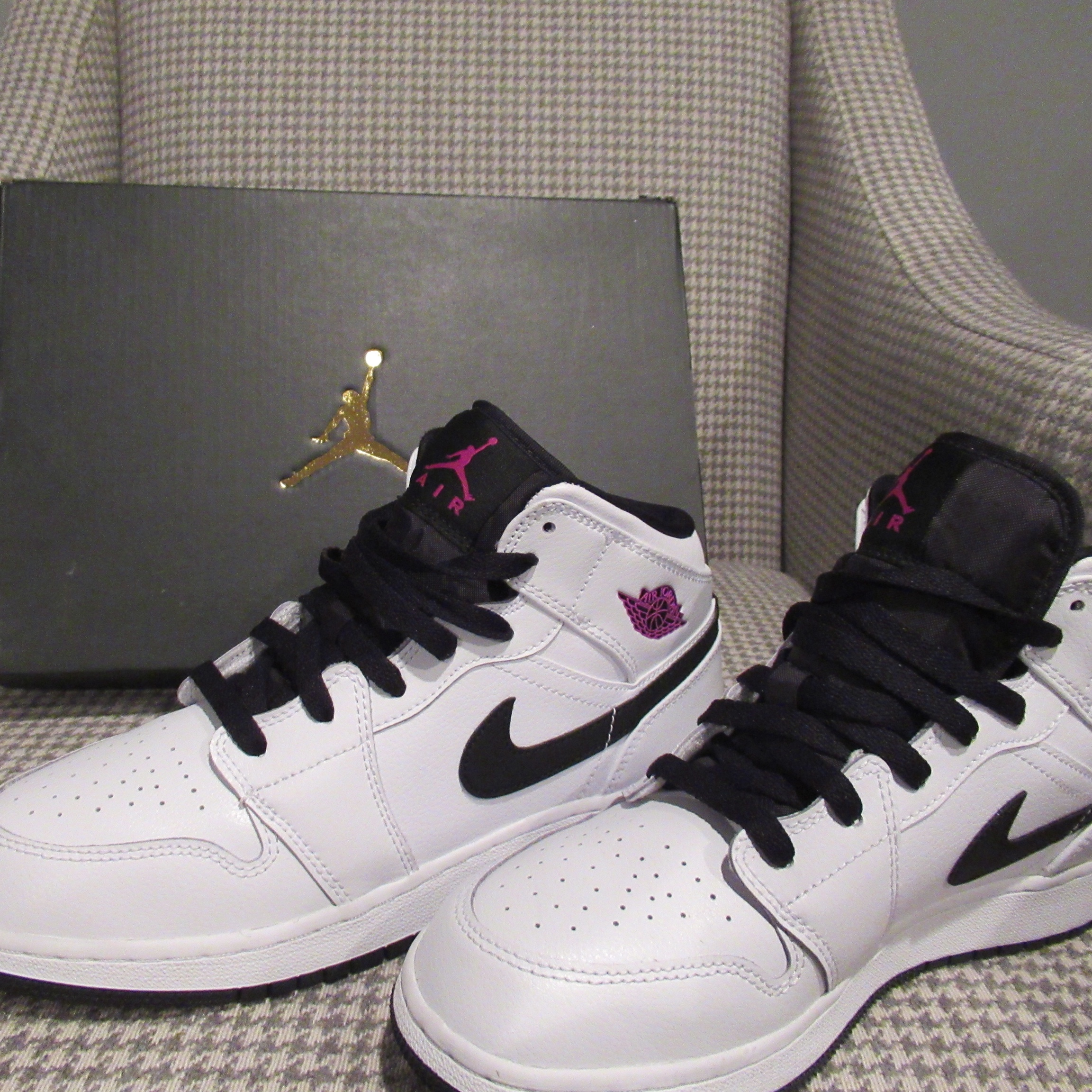 wholesale dealer 33e1d b936d Air Jordan 1 Mid GG White/fuchsia/blast-black 10/10... - Depop