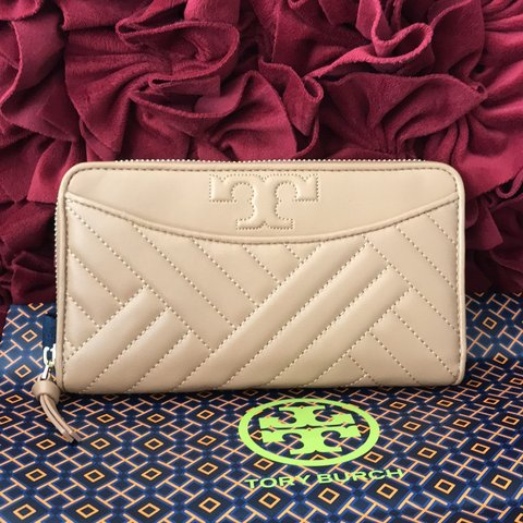 422548812 Description Brand New Tory Burch Brody (50647) Alexa Zip on - Depop
