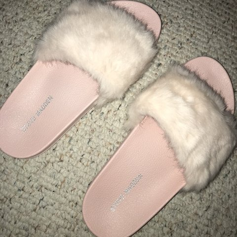 57fb0924b4ed PRICE DROP BUY NOW!! Steve Madden fluffy baby pink fur comfy - Depop