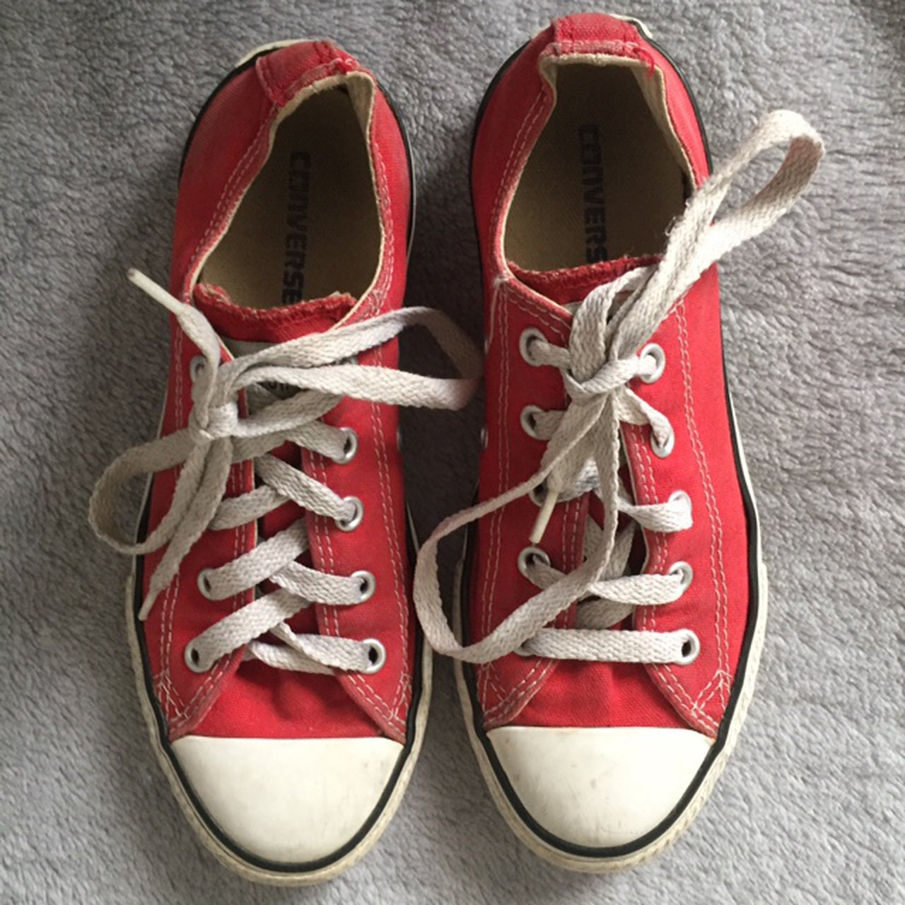 🖤Red Converse Size: 2 Lots of wear