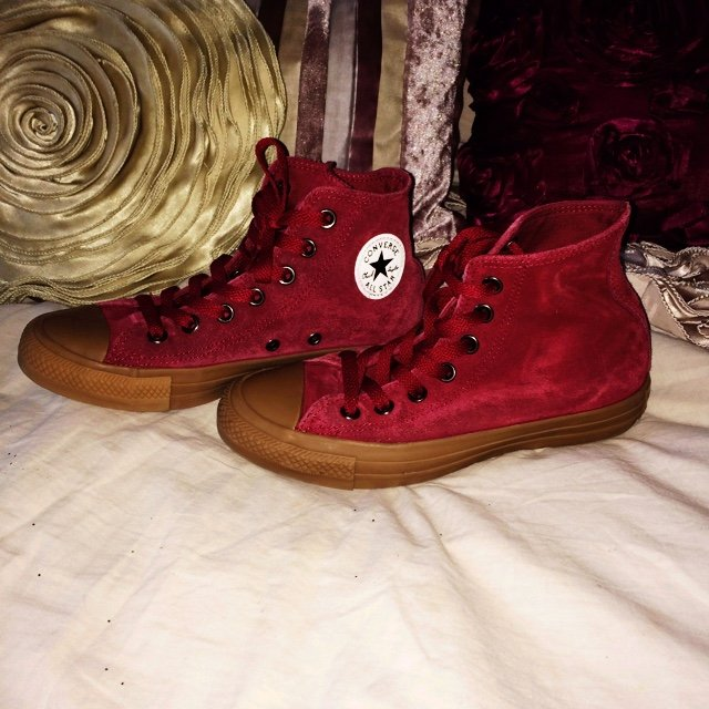 d77bfca35443 PRICE REDUCTION    Red suede converse size 4