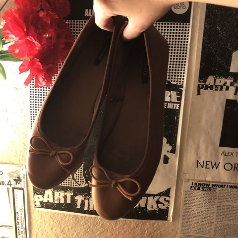 d99600f95c1 Forever 21 WOMENS US size 8 Brown flats Have bow on both on - Depop