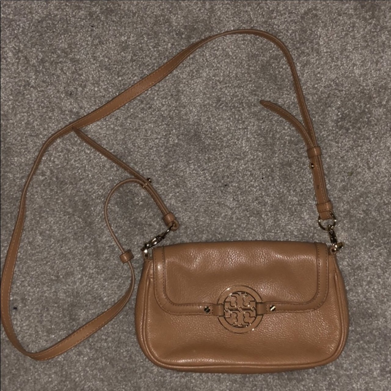 c6eae1be3c9e This tory burch bag is great for every outfit!! Has a holder - Depop