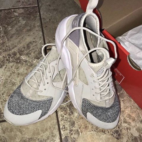 20b62a6ad10d4 Women s Nike huaraches Size 5.5 Hardly worn and like brand - Depop