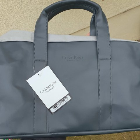 3be93f09ebdcc Calvin Klein Fragrance overnight bag •2 Carry handles with - Depop
