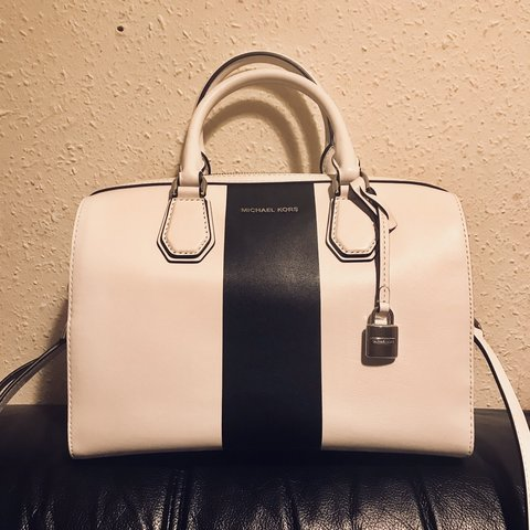 023fd42b1f4d @sarachen666. 6 months ago. 利兹, 英国. Michael Kors Handbag, black and white, brand  new.