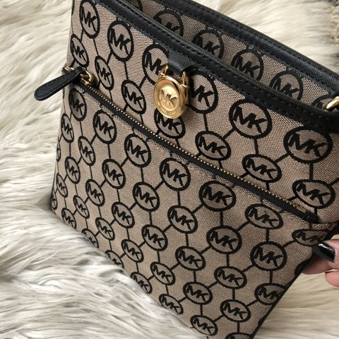 bee626221e4c @steph_____. 7 months ago. Burbank, United States. Michael Kors Large  pocket Crossbody Brand new/Never used