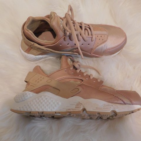 a6ecf7c3a827 WOMEN S NIKE AIR HUARACHE ROSE GOLD SIZE 7.5 - Depop