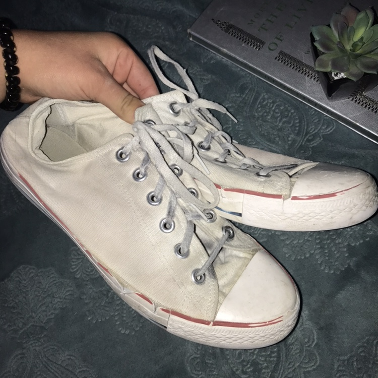 🍒WHITE CONVERSE SHOES🍒 •very used