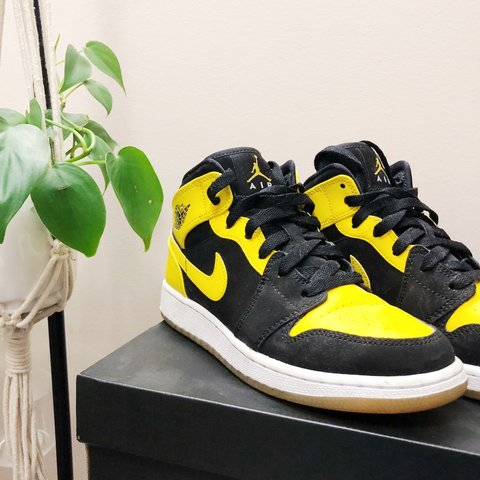 245d4af6f25 AIR JORDAN 1 - MID New Loves Size 4.5Y