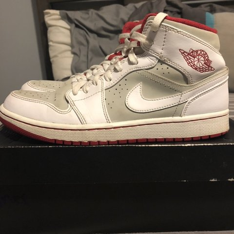 193c4068b7f1 Jordan Retro 1 Hare 2015 Size 9 Used Condition is and me - Depop
