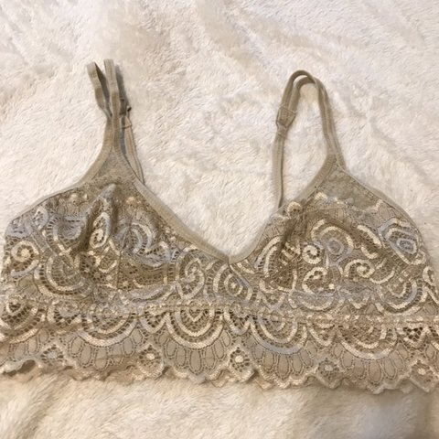 703d5086919167 TAN CREAM LACE BRALETTE -size S -barely used -clips on to - Depop