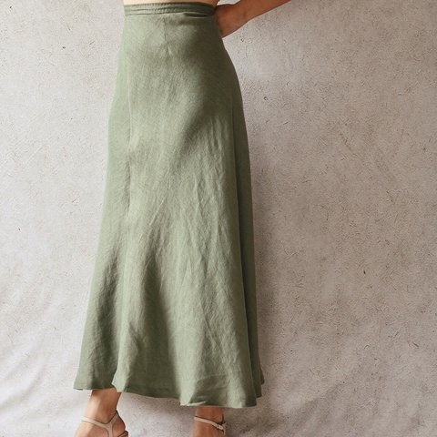 "c20b4e5202 100% Linen Maxi Skirt in Moss 31"" waist (first photo is how - Depop"