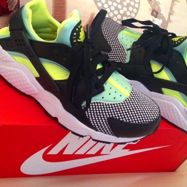 c8a8ec4a48680 nike air huarache size 1.5 new   little sister only tried on - Depop