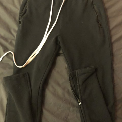 7030936b @rickyzhou. last month. 诺丁汉, 英国. Fear of god zipper pants. Good condition.  Bought at stockx