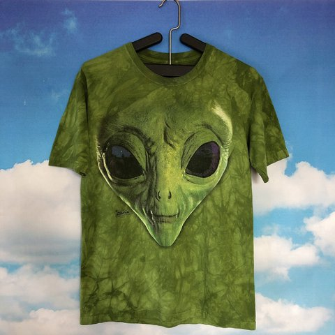 053646e33627 Phone home in this otherworldly alien tee from the mountain. - Depop