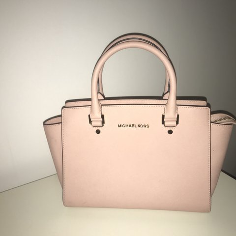 f46c105ab2c8 @annafarruggia. 2 days ago. Ascot, United Kingdom. Selling Micheal kors bag