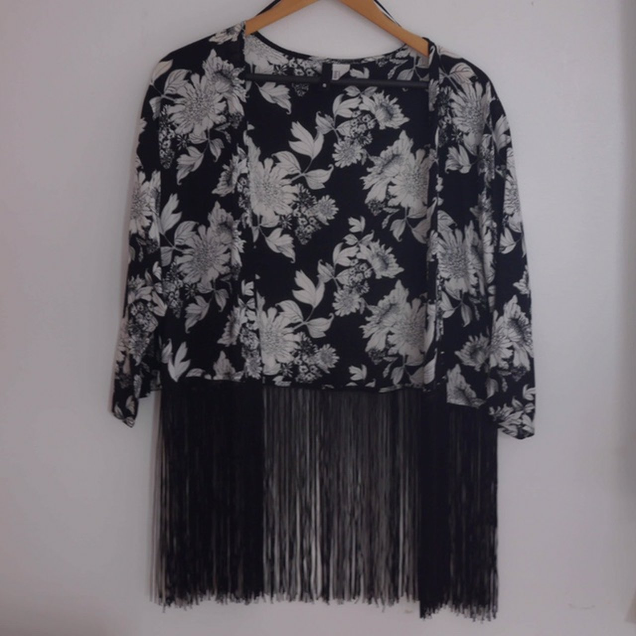 25affd71ba Pre-loved H&M black and white floral kimono with black In a - Depop