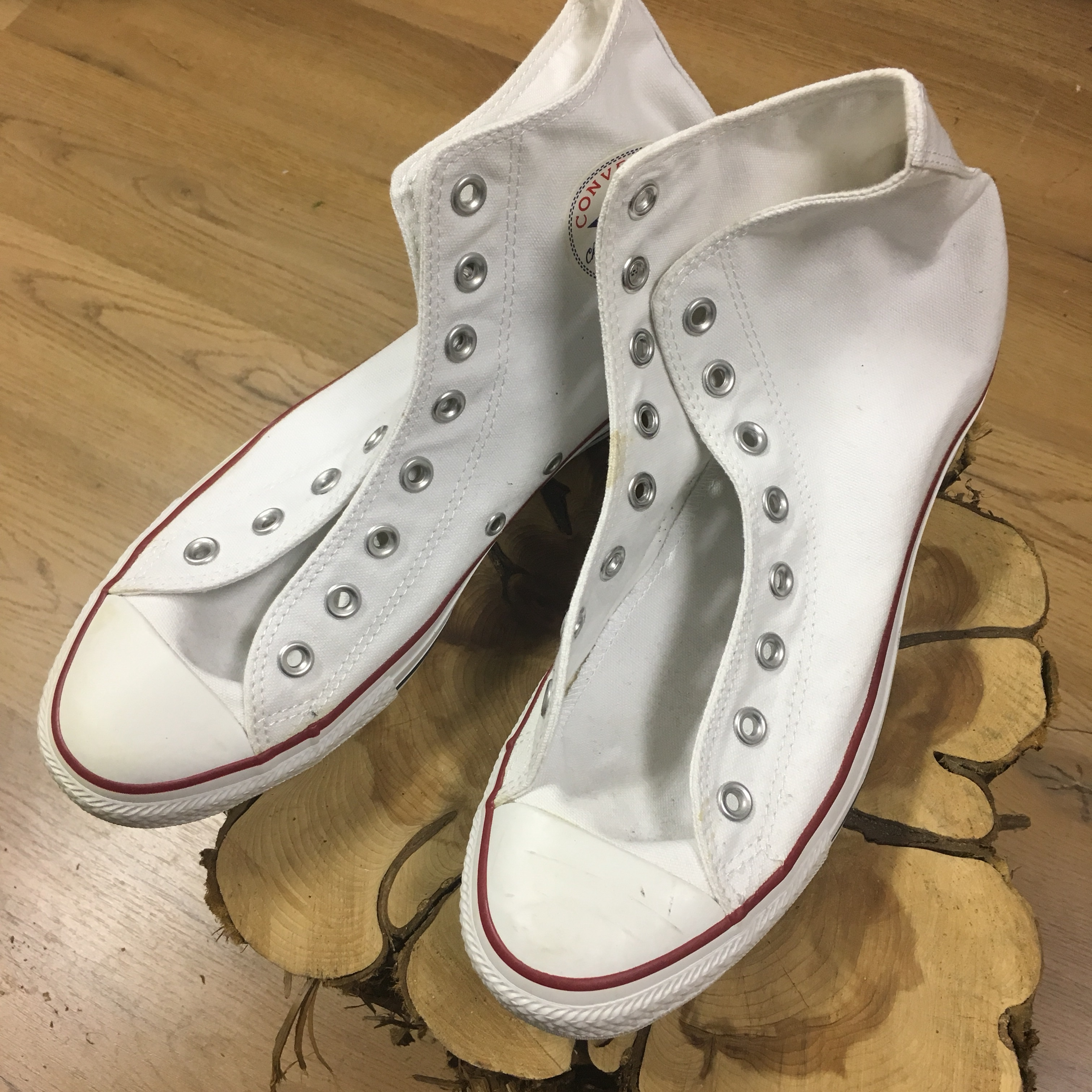 White mens size 9 and women's size 11 converse chuck