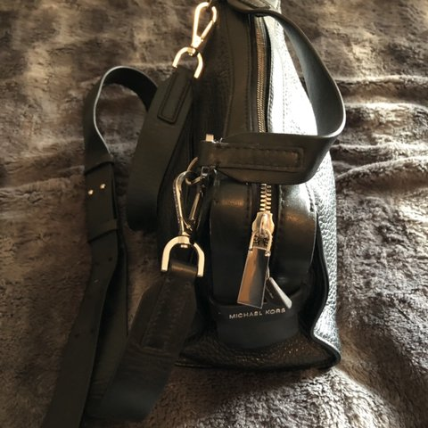 2579354d4015 @galarcon1. 18 days ago. Los Angeles, United States. Michael Kors black  leather purse. Decent condition, used.