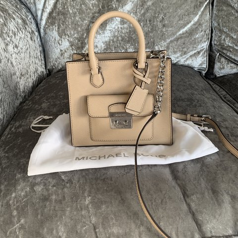05a67a641b7a25 @amzrosey89. 15 days ago. Glasgow, United Kingdom. Small Michael Kors  double handle bag ...