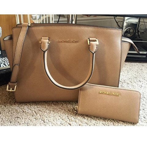 901b41db4218 @ellajwoodsx. 3 years ago. United Kingdom. Michael Kors handbag and purse.  Willing to sell bag ...