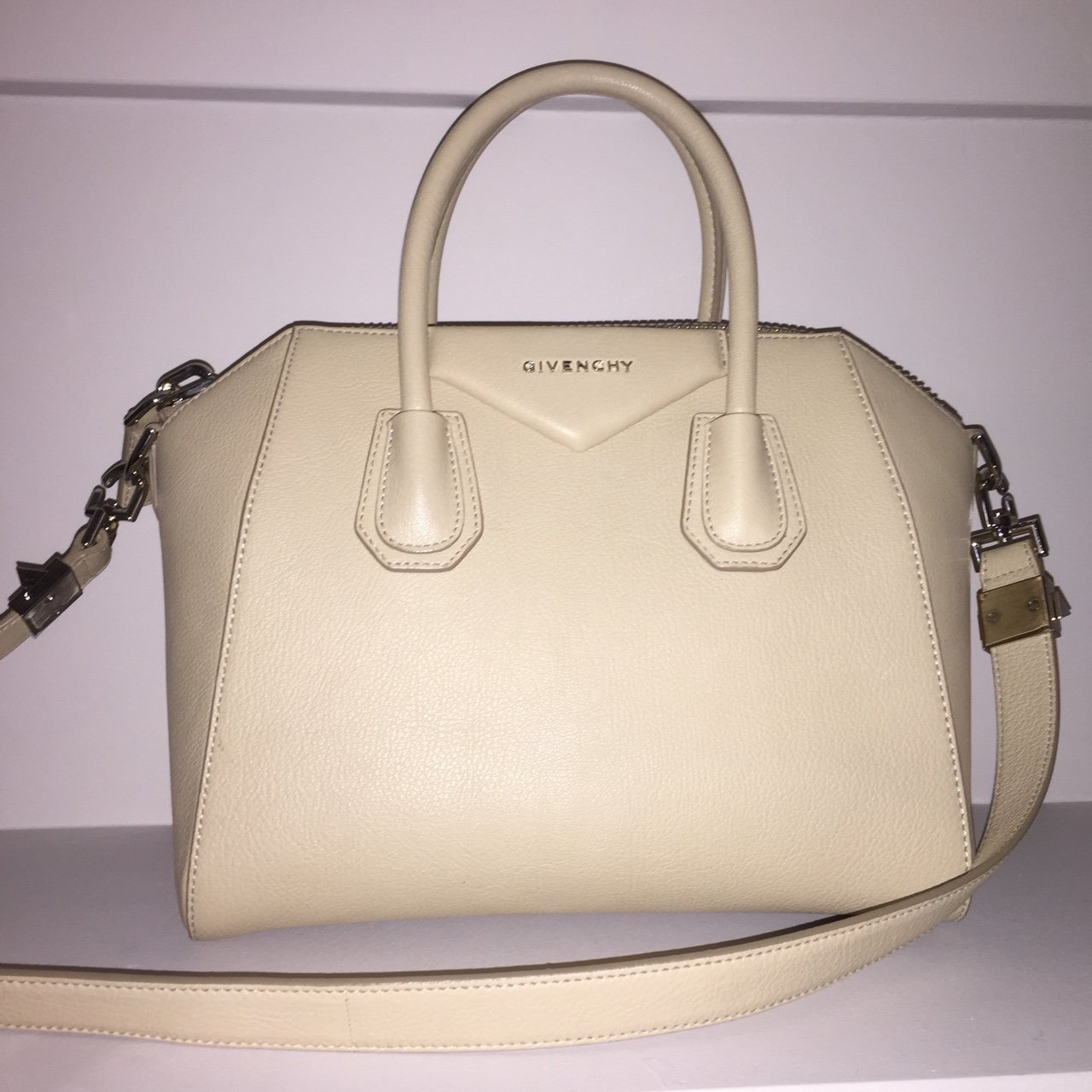 88d87e87b0  soniaguedes. 2 years ago. Spain. Givenchy Antigona sugar small leather tote .