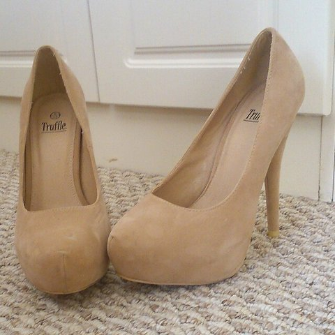 2020205c139 Truffle Nude suede heels. Never worn. Size 6. Picture one - Depop