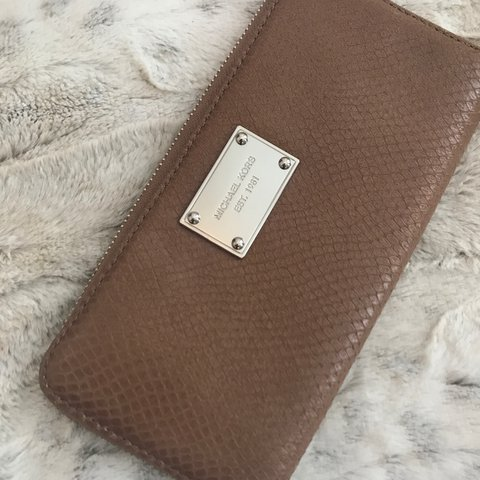 22a83f3ea40a @georgiajohn93. 2 years ago. London, United Kingdom. Genuine Michael Kors  Wallet. In very good condition.