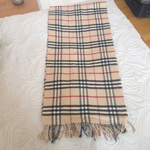 Vendo sciarpa Burberry London originale !! 90% merino wool e - Depop 9928a73f84cf