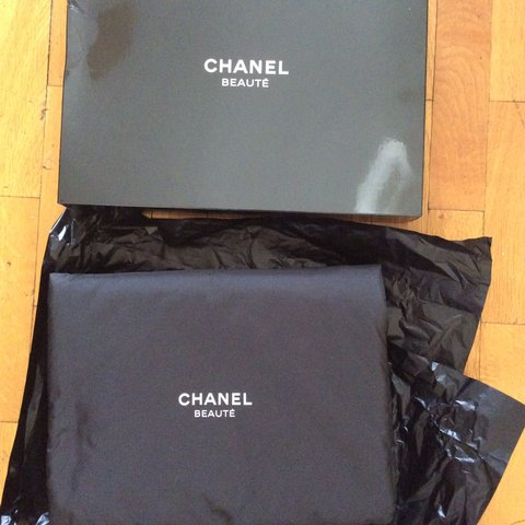 7702faf41f42 @cocomad. 4 years ago. United Kingdom. Lovely brand new Chanel makeup bag in  ...