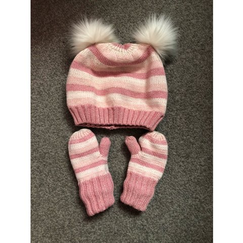 dfbac2e92f07e PRICE INCLUDES POSTAGE! Baby girl baby gap winter hat and - Depop