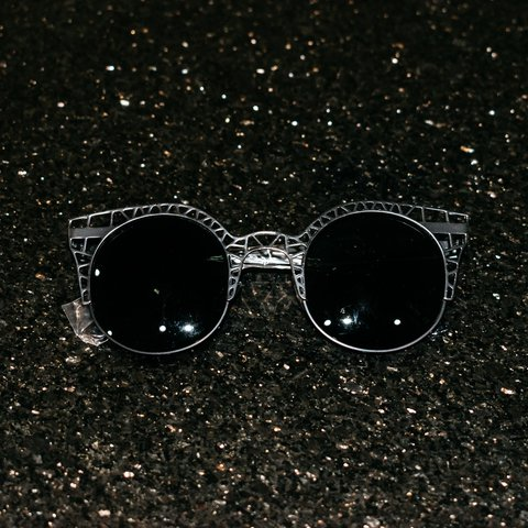 85c20a71cfe  lunnarr. 6 months ago. United States.   New   Cutout sunglasses -black  frames ...