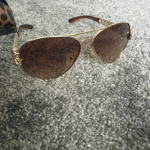 905e0ff9726dc GUESS DIMONTE DETAIL SUNGLASSES WORN A FEW TIMES BUT IN £25 - Depop