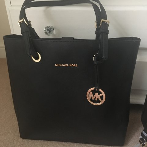 935a10a59107 Genuine Michael kors bag, hardly ever used, great condition - Depop