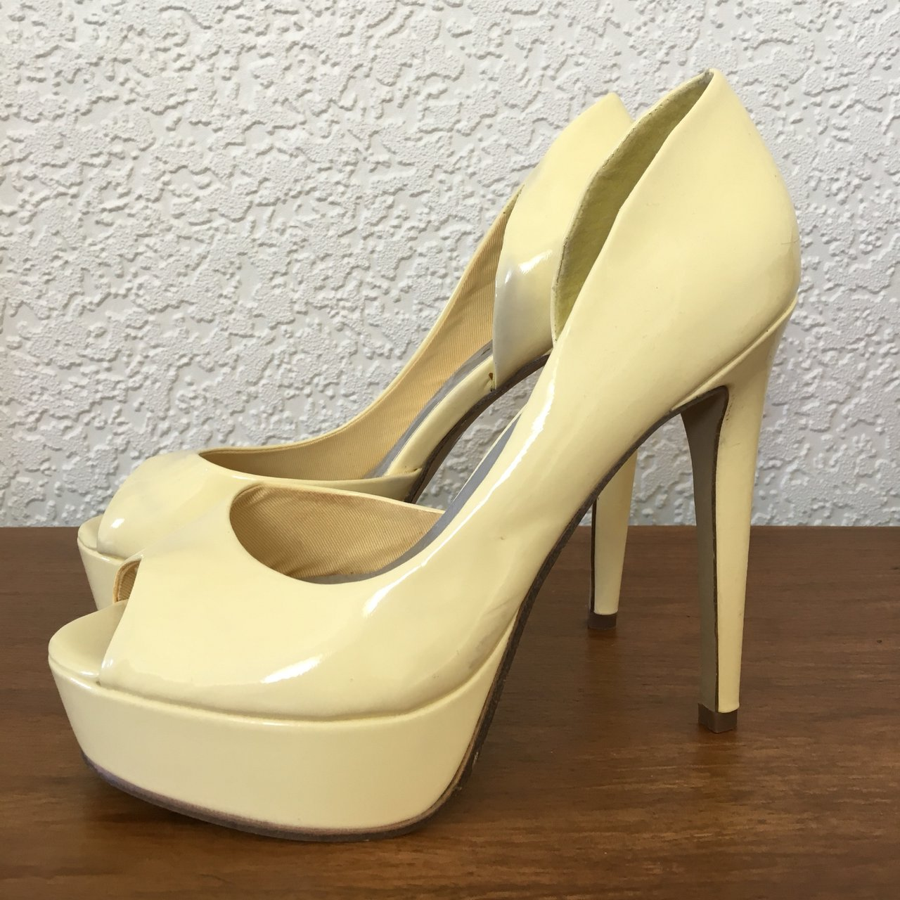 249436916148 Pastel yellow patent peep toe