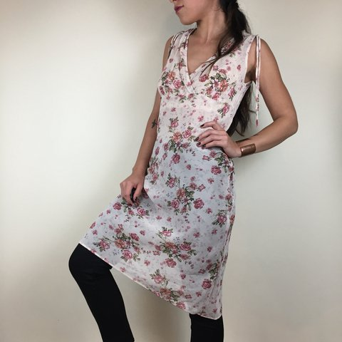 2dcca1a269de GORGEOUS floral dress! This baby needs a white or nude slip - Depop