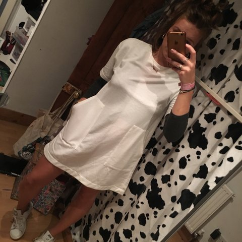 3dd27fa7 @emdunc_. 9 months ago. London, United Kingdom. White T-shirt dress with  front patch pockets.