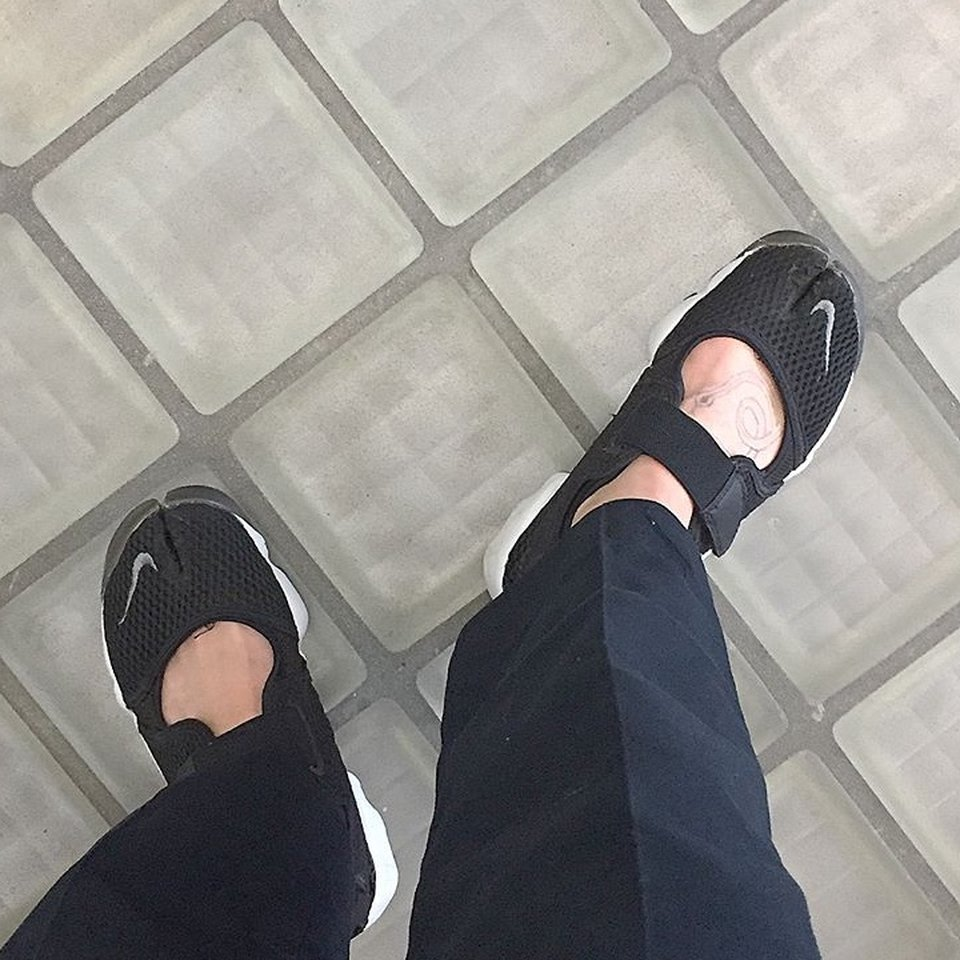 Black and white Nike air rift shoes
