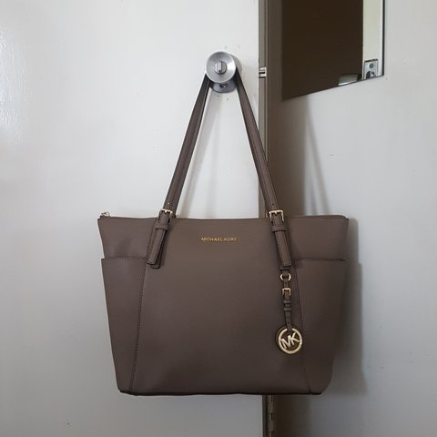 39cc9bfb32e517 @lyshapeach1. 2 years ago. Walsall, West Midlands, United Kingdom. Micheal  Kors| Jetset/Top Zip Saffiano leather tote.